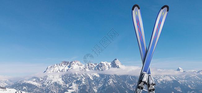 在山顶的雪地里滑雪图片