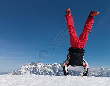男子在山上倒立图片
