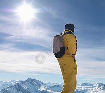 站在山顶上的人图片
