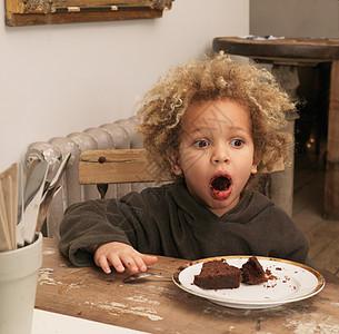 小男孩吃巧克力蛋糕图片