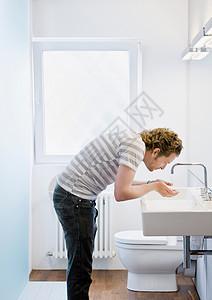 男人洗脸图片