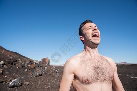 中年男子在沙漠中叫喊图片