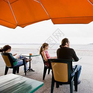 男人和女人坐在咖啡馆里图片