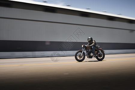 超速行驶的男性摩托车手模糊图像图片
