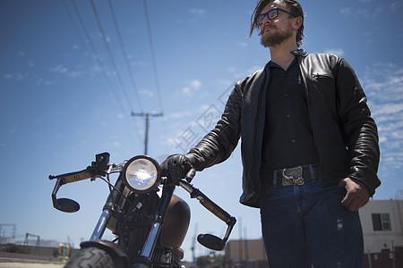 男嘻哈摩托车手的低角度画像图片