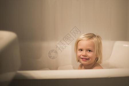 洗澡时可爱男孩的肖像图片