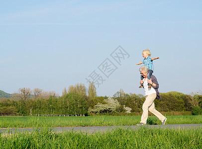 外婆背着男孩图片