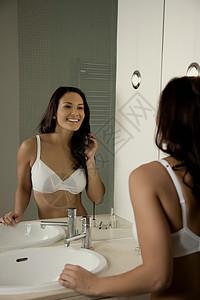 浴室里女人的肖像图片