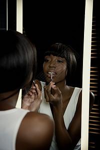 涂唇膏的女人图片