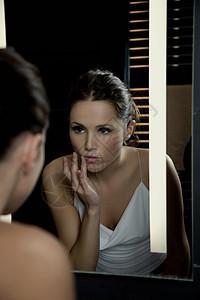 镜子前的女人图片