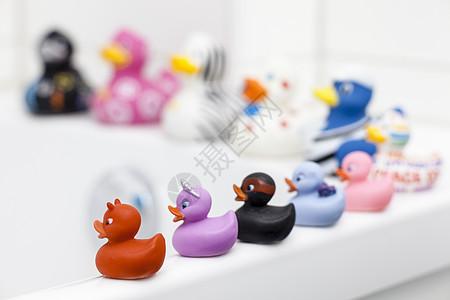 坐在浴缸边上的各种橡胶鸭图片