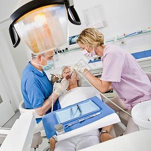 牙医和病人助理图片