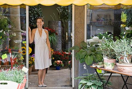 站在花店的女人图片