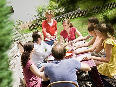 一家人在野餐图片