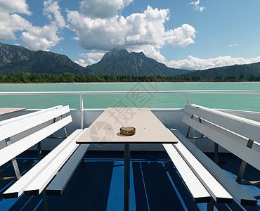 湖上渡船上的空桌子和长椅图片