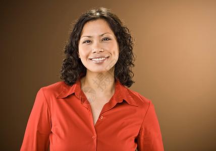 穿着红色衬衫的微笑的女人图片