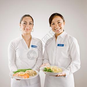 端着食物盘的服务员图片