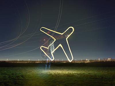 英国伦敦希思罗机场夜间飞行轨迹灯和发光飞机标志图片