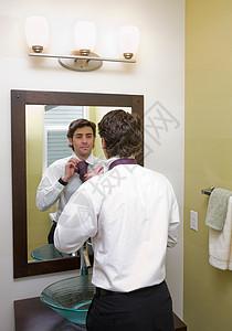 穿镜子的男人图片