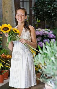 站在花店外面的女人图片