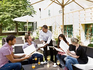 男人和女人谈论菜单图片