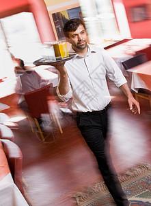 男服务员拿着饮料图片