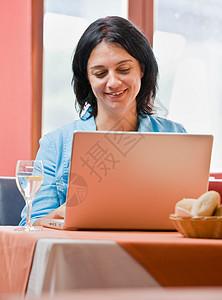 在笔记本电脑上工作的女人图片