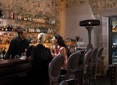 男酒保与顾客交谈图片