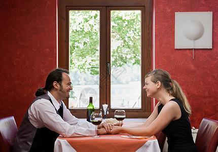 男人和女人一起吃饭图片