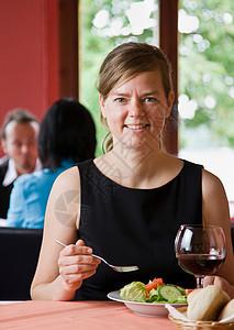 吃饭的女人图片