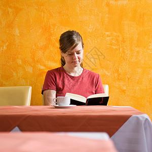 读书时喝咖啡的女人图片