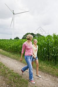 女人和女孩在散步图片