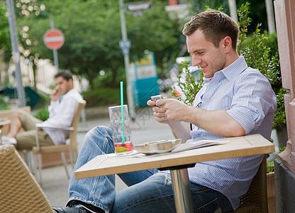 餐桌上的人发短信图片