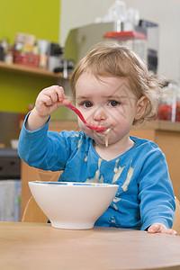 小女孩吃和洒布丁图片