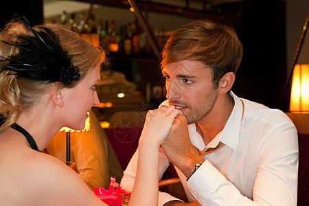男人在餐馆亲吻女友图片