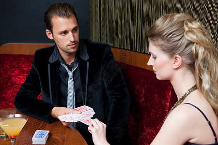 夫妻在酒吧里玩扑克牌图片