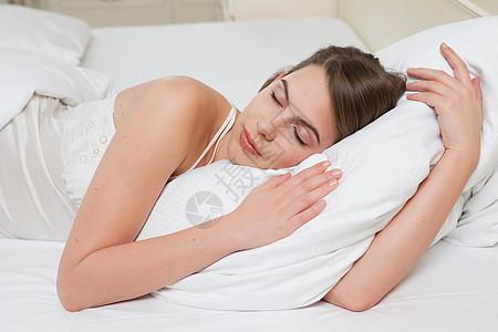 女人闭着眼睛躺在床上图片