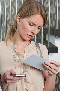 有点迷茫的女人在阅读卡片图片