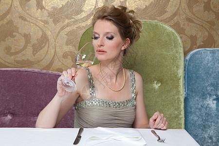 穿晚礼服喝酒的女人图片