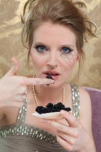 穿晚礼服吃鱼子酱的女人图片
