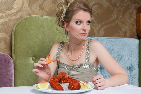 穿晚礼服的女人吃龙虾图片