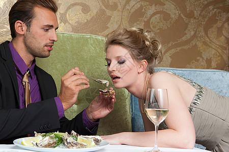 喂女朋友牡蛎的男人图片