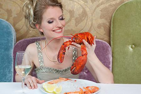 餐馆里拿龙虾的女人图片