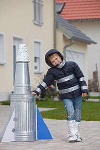 带着自制火箭的快乐男孩图片