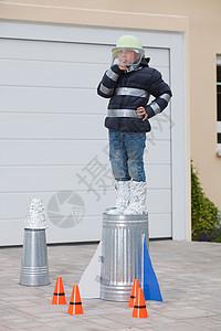 站在自制火箭上的男孩图片