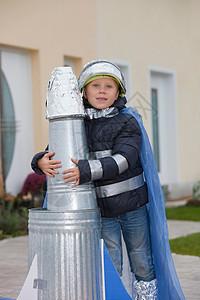 自制火箭的男孩图片