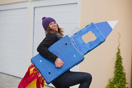 带着自制火箭微笑着的女人图片