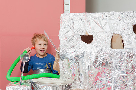 男孩与太空屋通话图片