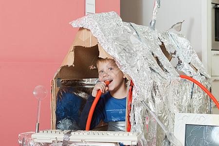 男孩在自建的房子里微笑着图片