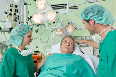 医生和护士与病人交谈图片